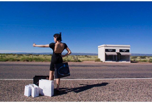 Prada Marfa Hitchhiker, Oversize